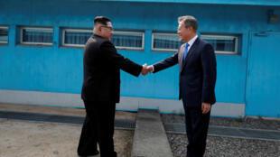 Por invitación del líder norcoreano, los dos caminaron de la mano del lado norcoreano de la frontera antes de recorrer a pie la distancia hasta la Casa de la Paz, en Panmunjom.