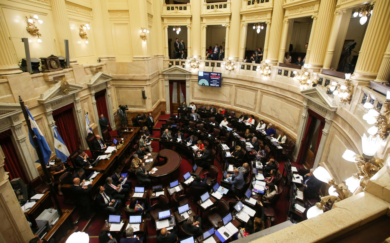 Os senadores debateram o orçamento durante 12 horas, enquanto manifestantes protestavam do lado de fora.