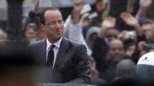 François Hollande qui descend l'Avenue des Champs-Elysées dans une Citroën DS5, le 15 mai 2012.
