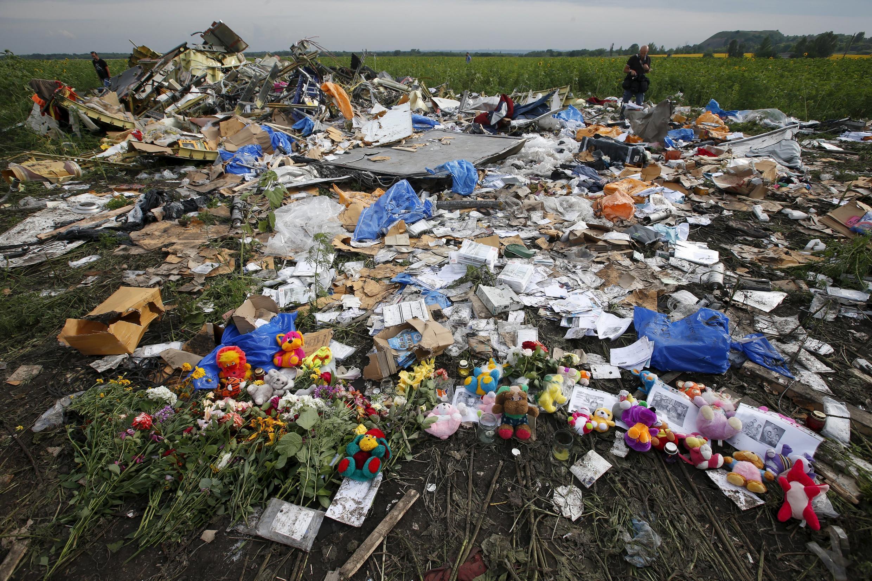 Hoa được người dân mang đến địa điểm chiếc máy bay MH17 của Malaysia Airlines bị rơi để tưởng niệm các nạn nhân.