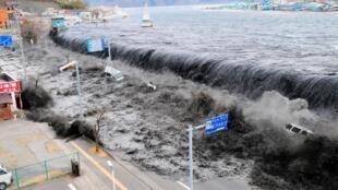 日本2011年3月11日發生強震,距離震央近的岩手縣海嘯災情嚴重