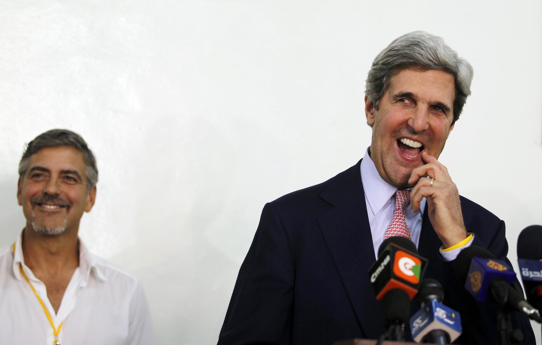សមាជិកព្រឹទ្ធសភាអាមេរិកាំងលោក John Kerry (ស្តាំ) ថ្លែងក្នុងសន្និសីទកាសែតក្នុងទីក្រុងJuba (ទីក្រុងស្ថិតនៅភាគខាងត្បូងស៊ូដង់) និងតារាភាពយន្តអាមេរិកាំង លោកGeorge Clooney ឈរខាងក្រោយ
