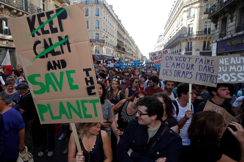 Manifestantes em Paris marcham para instar os políticos a agir contra as mudanças climáticas, em 13 de outubro de 2018.