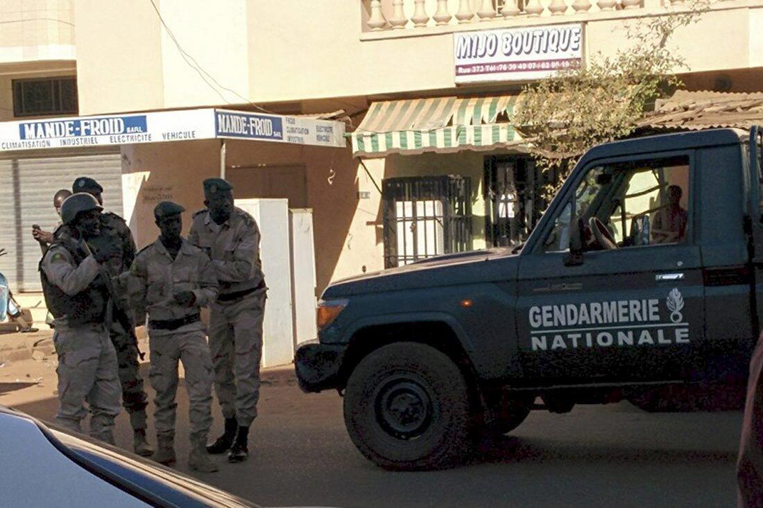 Forças de segurança cercam o hotel Radisson, em Bamaco.