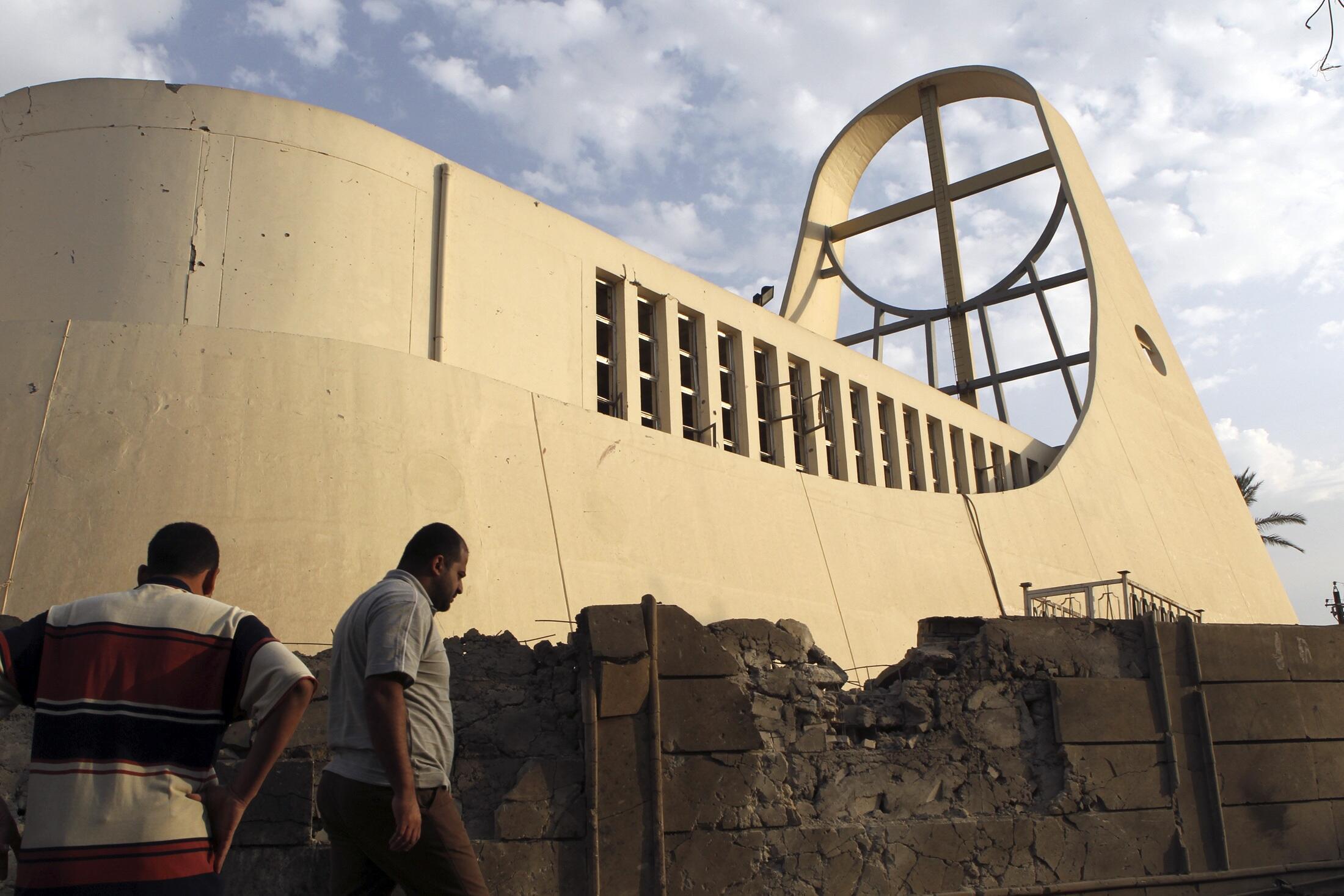 Des résidents inspectent les dégâts autour de l'église Notre Dame du Perpetuel Secours, à Bagdad, le 1er novembre 2010.
