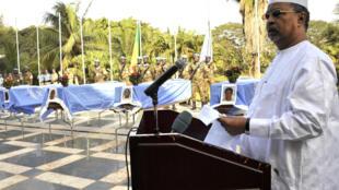 Le Tchadien Mahamat Saleh Annadif, patron de la force onusienne déployée au mali, la Minusma, rend hommage aux casques bleus mort vendredi à Kidal, ce mercredi 17 février 2016 à Bamako.