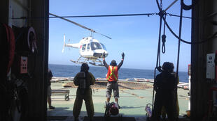 L'hélicoptère de Greenpeace décolle de l'Esperanza pour survoler une zone où plusieurs bateaux étrangers sont en train de pêcher.