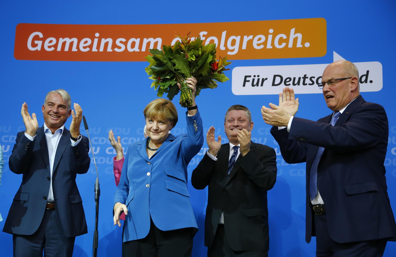 A chanceler alemã Angela Merkel comemora a vitória anunciada pelas pesquisas de boca de urna.