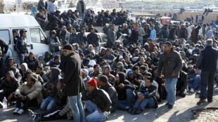 Provenientes de Túnez, miles de candidatos a la inmigración llegaron por mar a la isla de Lampedusa (Italia, 13 de febrero de 2011).