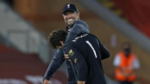 L'entraîneur de Liverpool Jürgen Klopp enlace le gardien des Reds Alisson Becker après une victoire 4-0 face à Crystal Palace, le 24 juin