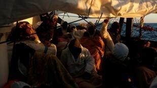 Les conditions de vie à bord de l'«Alan-Kurdi», le navire de l'ONG Sea Eye, sont rendues difficiles par le nombre de migrants secourus, qui attendent de pouvoir débarquer.