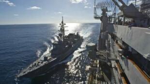 Khu trục hạm Ikazuchi của Nhật Bản bên cạnh hàng không mẫu hạm USS George Washington của Mỹ 12/2010 -Reuters