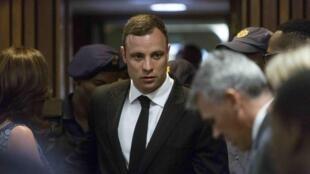 Chegada de Pistorius ao tribunal em Pretória para ouvir sua sentença.