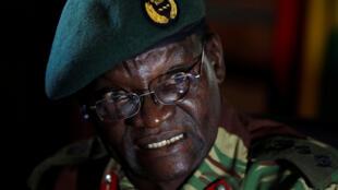 Le colonel Overson Mugwisi, porte-parole de l'état-major des armées du Zimbabwe, face à la presse le 4 juillet 2018 à Harare.