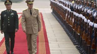 Tổng tham mưu trưởng quân đội Trung Quốc Trần Bỉnh Đức (trái) và Đô đốc Mike Mullen, Tổng tham mưu trưởng Liên quân Hoa Kỳ (phải) duyệt hàng quân danh dự tại Bắc Kinh ngày 11/7/11.