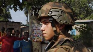 Un soldat français, ce samedi 7 décembre à Bangui.