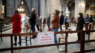 Fiéis assistem à missa de domingo na Igreja Saint-Sulpice em Paris.