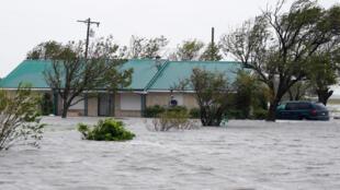 Fortes inundações no Texas com a passagem do tufão Harvey que devastou o litoral, como aqui no Porto Lavaca, a 26 de agosto