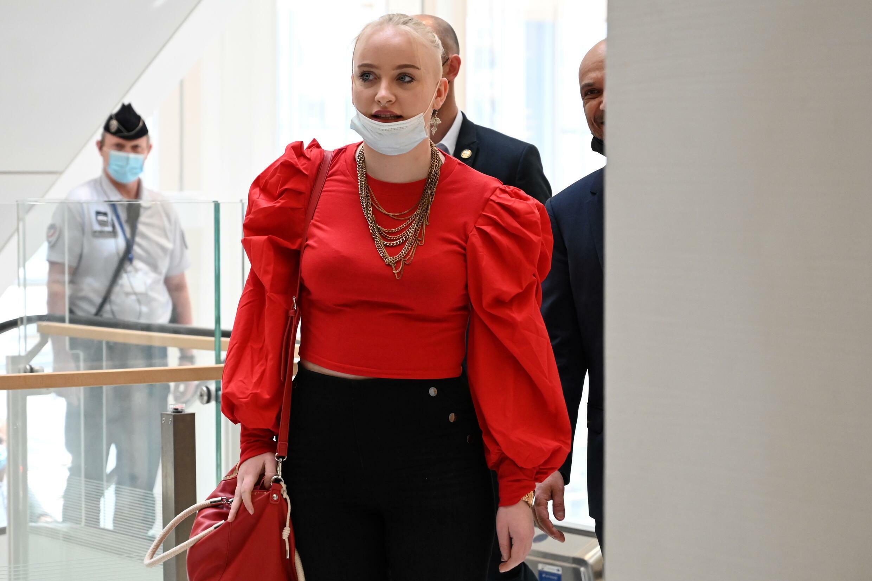 La joven francesa Mila llega a la audiencia inicial del juicio sobre su ciberacoso, el 3 de junio de 2021 en un tribunal de París