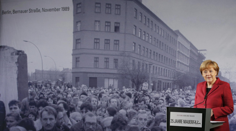 Thủ tướng Đức Angela Merkel phát biểu khai mạc cuộc triển lãm mới tại bảo tàng Bức tường Berlin, 09/11/2014.