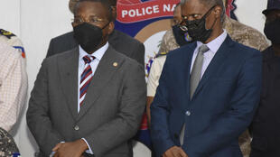 El primer ministro interino Claude Joseph (g.) El 8 de julio de 2021 en Puerto Príncipe.