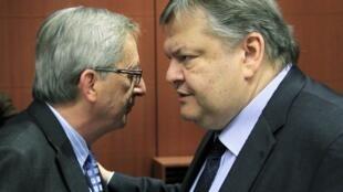 Jean-Claude Juncker, président de l'Eurogroupe (g.), face au ministre grec des Finances, Evangelos Venizelos, le 9 février à Bruxelles.