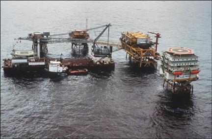 Plateforme pétrolière d'Elf au large de la côte gabonaise, près de Port Gentil, (photo du 29 mai 1990).