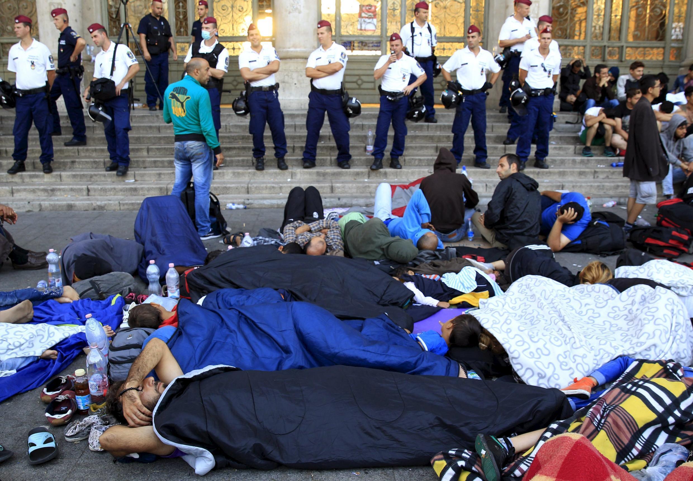 L'entrée de la gare de Budapest, bloquée par les forces de l'ordre hongroises tandis que des réfugiés dorment par terre, le 2 septembre 2015.