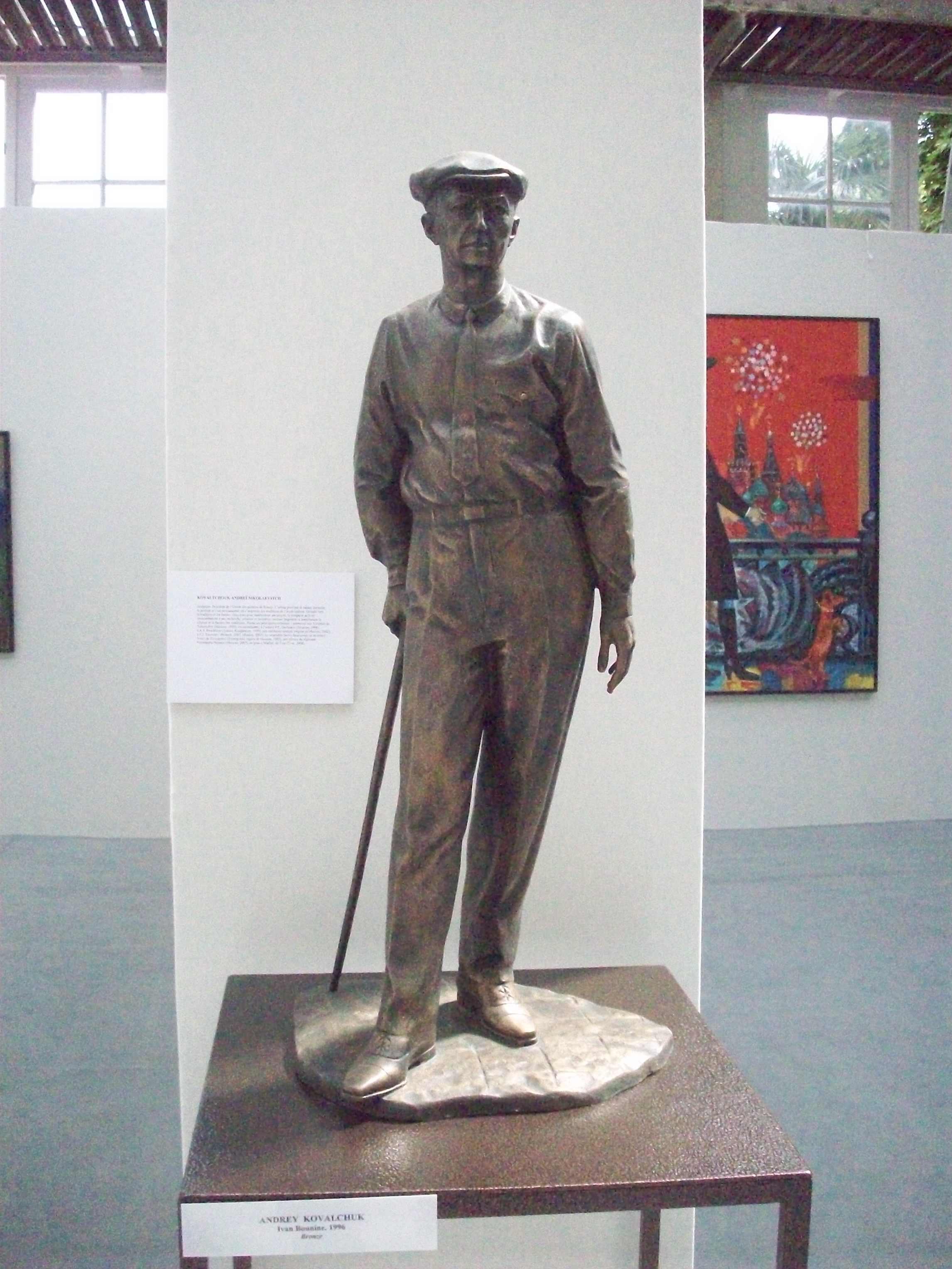 Июнь 2010. Выставка в Оранжерее Люксембургского сада в Париже. Андрей Ковальчук. Бунин. Бронза. Высота 80 см.