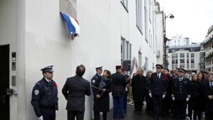 07.01.2016 Президент Олланд и мэр Идальго открывают на бывшем здании редакции Charlie Hebdo памятную табличку