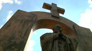 Estátua de João Paulo II em Ploërmel na Bretanha, causa polêmica.
