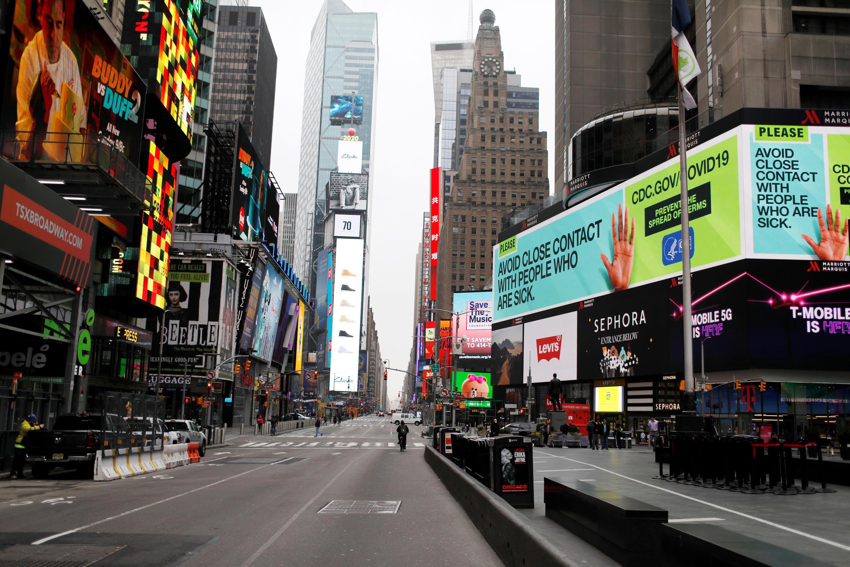 Khu Times Square, trung tâm New York City, hoang vắng  vì Covid-19. Ảnh chụp ngày 20/03/2020.