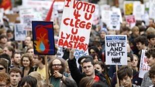 Manifestantes protestam em Londres contra as medidas de austeridade adotadas pelo governo britânico.