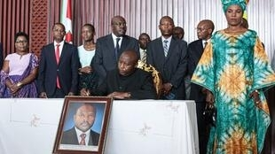 Juni 13, 2020, Rais mteule Evariste Ndashimiye atia saini kitabu cha wazi cha rambirambi kwa mtangulizi wake Pierre Nkurunziza, aliyefariki dunia, Juni 8.