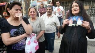 Les familles des victimes de l'attentat de l'église Notre Dame du Perpetuel Secours, le 1er novembre 2010.