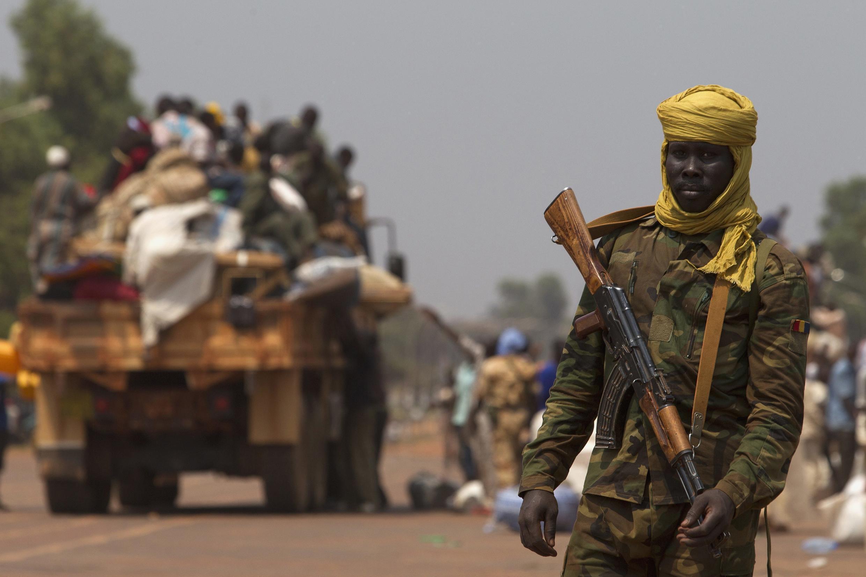 Mwanajeshi kutoka Chad katiaka barabara ya mji wa Bangui.