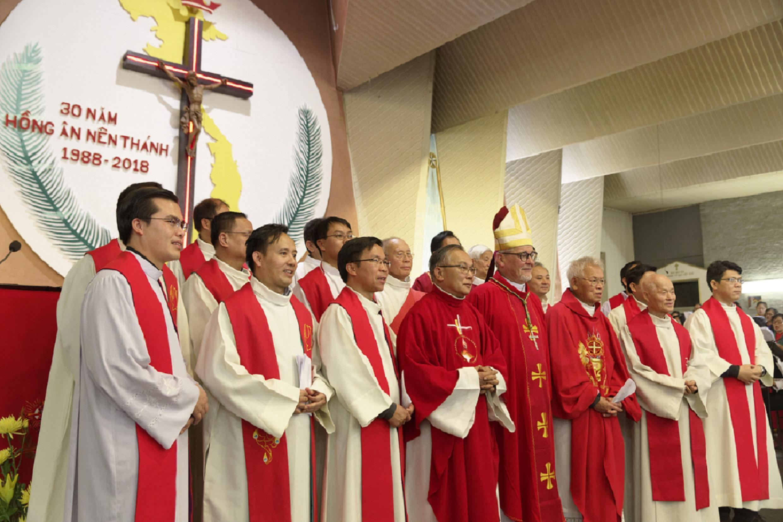 Các linh mục đồng tế trong thánh lễ ở Giáo xứ Việt Nam tại Paris, kỷ niệm 30 năm phong thánh cho 117 thánh tử đạo Việt Nam, ngày 17/11/2018.