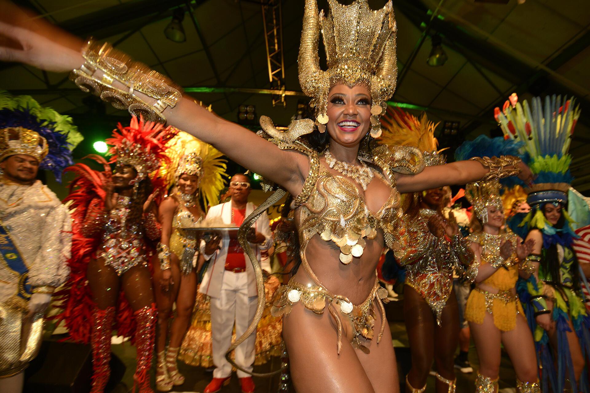 Rainha de Bateria da Mocidade Independente de Padre Miguel (RJ) e também da Vai-Vai (SP), a paulistana Camila Silva foi consagrada neste fim de semana como a Rainha do Carnaval da Suécia.