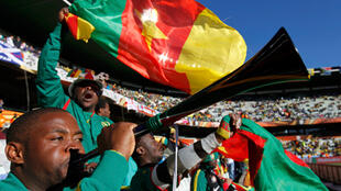 Des supporters camerounais animent avant  le match Cameroun-Japon au stade de Bloemfontein, le 14 juin 2010.
