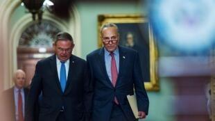 美参议院少数党领袖舒默和参议院外委会副主席梅嫩德斯