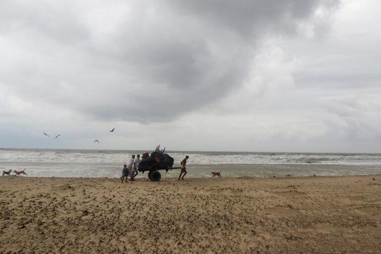 یک روستایی بنگلادشی در حال جابجایی و فرار از طوفان . سه شنبه ۹ خرداد/ ٣٠ مه ٢٠۱٧