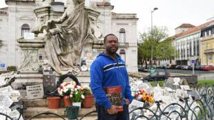 Le guide Jose Lino Neves de l'association Batoto Yetu qui organise des visites guidées de Lisbonne l'Africaine. Ici, devant la statue du Docteur Sousa Martins, vénéré par les Lisboètes qui ignorent qu'il est métis.