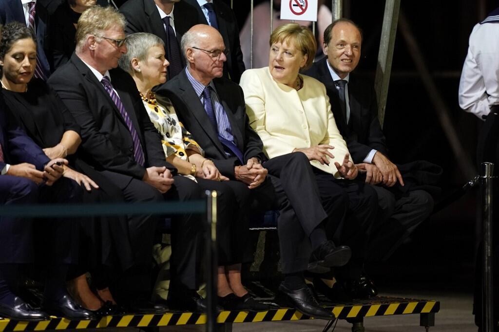آنگلا مرکل، صدراعظم آلمان در مراسم خداحافظی با وزیر دفاع پیشین این کشور . برلین - پنجشنبه ٢٤ مرداد/ ١۵ اوت ٢٠۱٩