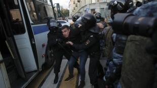 莫斯科警察控制一名示威者