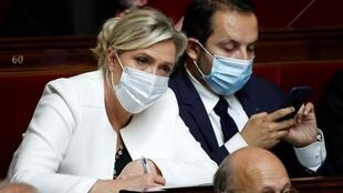 Marine Le Pen, députée et dirigeante du parti d'extrême droite RN, à côté du député et porte-parole du parti Sébastien Chenu, à l'Assemblée nationale à Paris, le 15 juillet 2020.
