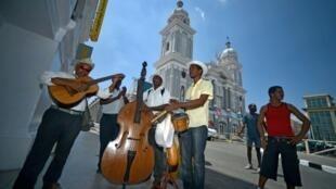 Músicos cubanos se preparan tocar antes de la llegada de Francisco, el 21 de septiembre de 2015 en Santiago de Cuba.