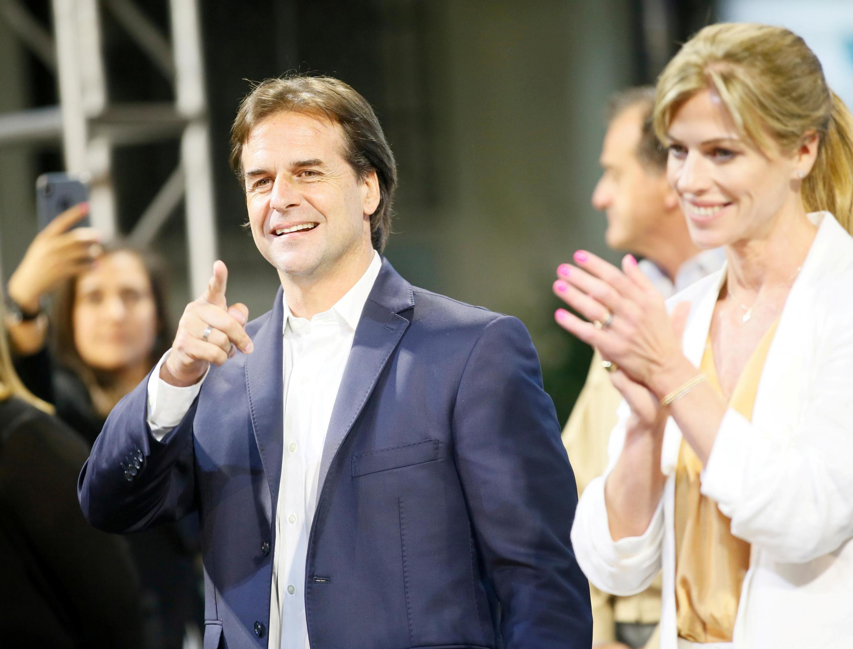 Foto de archivo de Luis Lacalle Pou junto a su esposa, Lorena Ponce de León en Montevideo, el 25 de noviembre de 2019.