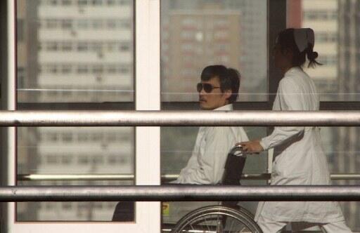 Mwanaharakati wa Haki za Binadamu Nchini China Chen Gaucheng akiwa katika Hospital ya Beijing anakopatiwa matibabu baada ya kutoka Ubalozi wa Marekani alikopewa hifadhi