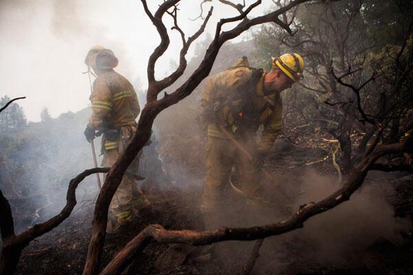 Des pompiers de Eldorado-Hills circonscrivent une zone de sécurité dans le parc national Yosemite en en Californie, le 24 aout 2013.