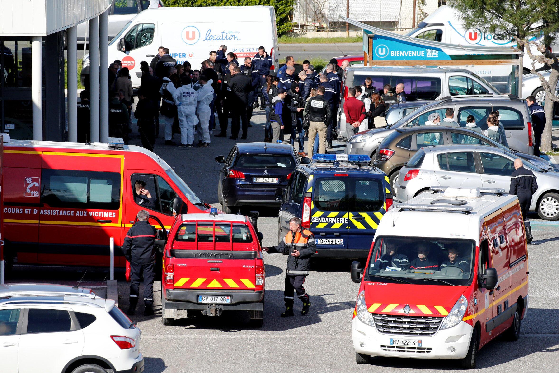 Полиция и спасатели возле супермаркета Super U в городе Треб на юге Франции, 23 марта 2018 г.